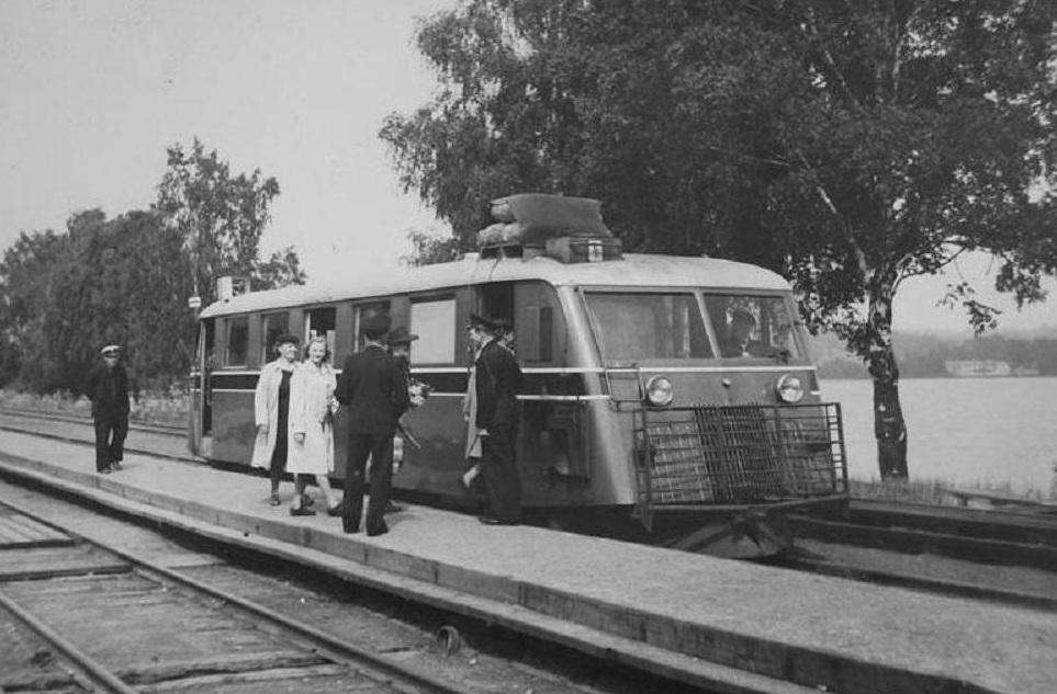 En av HNJs rälsbussar i Vegby under 40-talet.