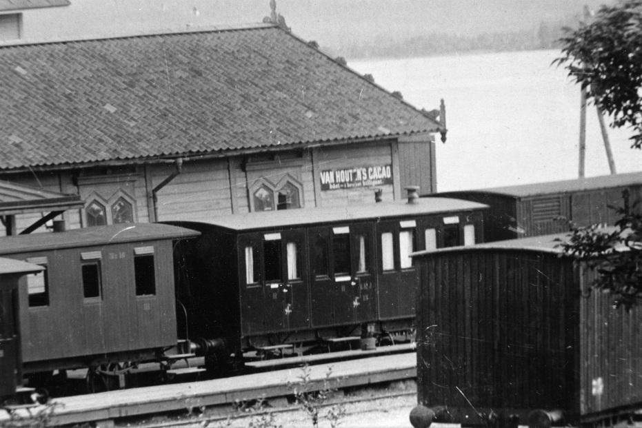 NKJ BD 13 vid gamla stationen i Nora kring år 1900. Foto: NBJ-arkivet