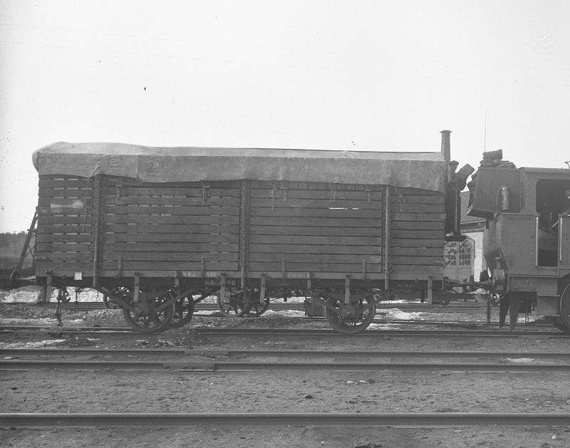 NBsJ N3 590 med träkolsskrov i Nora 1918. Foto: NBJ-arkivet