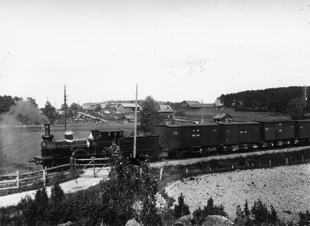SWB GK 445 först i ett godståg kring år 1900. Foto: Järnvägsmuseum